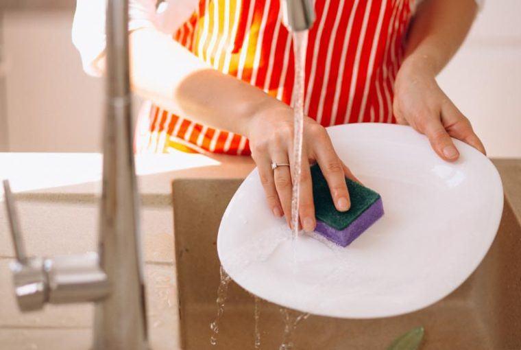 cuidar las manos al lavar platos