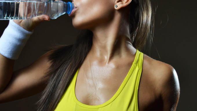 beber-agua-mientras-entrenas