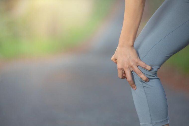 senderismo de descenso y dolor de rodilla
